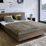 Уютная спальня с элементами современного и деревенского стиля