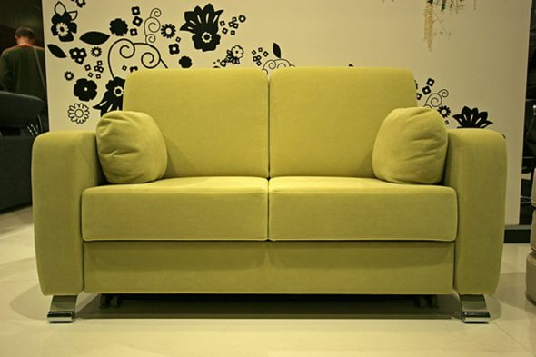 Яркий небольшой диванчик
