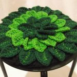 Ажурная зеленая подушка для стула