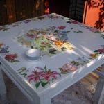 Белый деревянный стол в технике декупаж