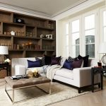 Белый угловой диван с яркими подушками