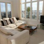 Бежевый диван для просторной гостиной с открытой терассой
