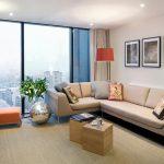 Бежевый угловой диван для небольшой гостиной