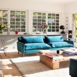 Большая шикарная гостиная с удобным расположением мебели