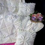 Цветы и шишки- основной орнамент для пледа молочного цвета