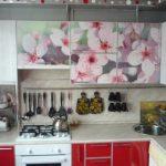 Декор верхних шкафчиков цветочными наклейками