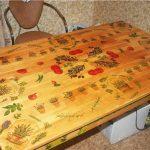 Декупаж способен преобразить кухонный стол
