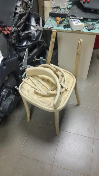 Демонтаж частей стула