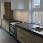 Дерево и бетон для оформления долговечных кухонь