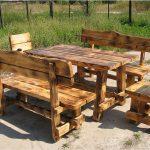 Деревянный стол на улице