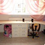 Детская розовая комната с угловыми столами для двоих детей