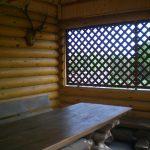 Длинный деревянный стол в беседке