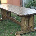 Длинный вместительный стол из дерева
