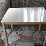 Для покрытия стола потребуются эмаль на основе растворителя двух разных цветов