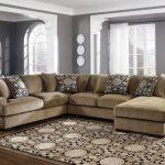 Классический угловой диван песочного цвета