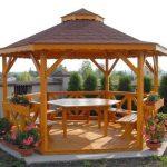 Красивый стол из дерева для дачной беседки