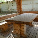 Крепкий и надежный деревянный стол