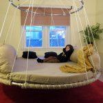 Круглая кровать на цепочках в интерьере
