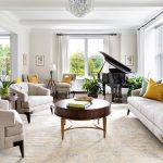 Круговое расположение мебели в просторной гостиной