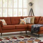Мягкий коричневый диван в углу комнаты