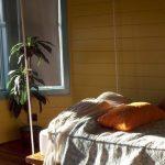 Небольшая подвесная кровать в домике на берегу
