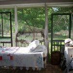 Необычная подвесная кровать в интерьере дачного домика