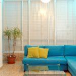 Нежный бирюзовый диван для белой комнаты