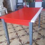 Окрашенный стол из дерева