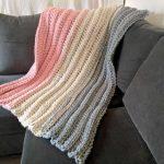Оригинальное трехцветное покрывало на диван