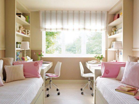 Письменные столы со стеллажами у окна