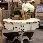 Подобный состаренный столик станет украшением комнаты в классическом стиле