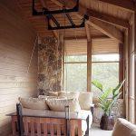 Подвесная кровать в деревянном доме