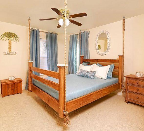 Подвесная кровать в тропическом стиле