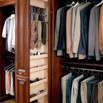 Продуманное хранение мужских аксессуаров в гардеробной