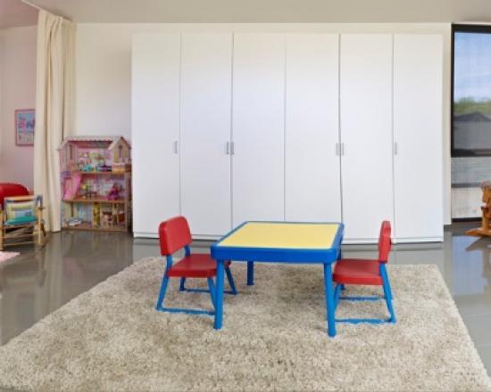 Простой пластиковый столик