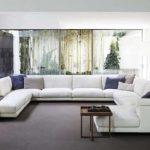 Просторная гостиная с огромным диваном
