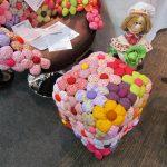 Пуфик из пластиковых бутылок, украшенный объемными цветами