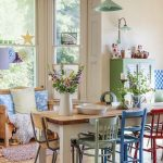 Разные деревянные стулья после реставрации для дачной кухни