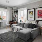 Серый диван для гостиной с яркими акцентами