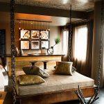 Широкая подвесная кровать в интерьере