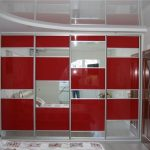 Шкаф-купе с красными вставками для дверей