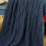 Синие покрывало, вязанное спицами