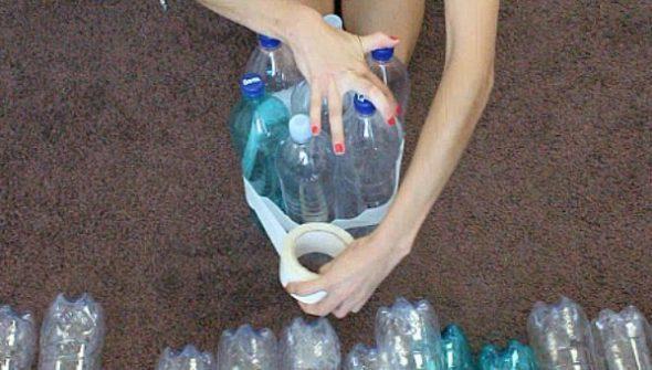 skreplyaem-srednie-butylki-mezhdu-soboj-590x335 Как сделать пуфики из пластиковых бутылок. Пуфик в прихожую: как пошагово сделать своими руками из пластиковых бутылок. Пуфик своими руками из пластиковых бутылок: общие аспекты.