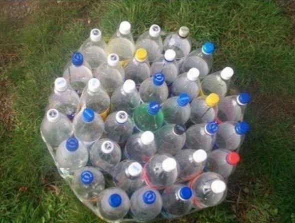 snachala-nuzhno-skrepit-mezhdu-soboj-butylki-590x447 Как сделать пуфики из пластиковых бутылок. Пуфик в прихожую: как пошагово сделать своими руками из пластиковых бутылок. Пуфик своими руками из пластиковых бутылок: общие аспекты.