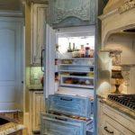 Состаренная мебель в кухне в стиле прованс