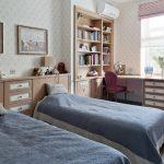 Спальня для девочек с длинным столом вдоль окна