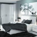 Спальня в бело-черных тонах с угловым шкафом