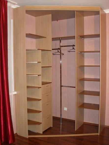 Стандартные полки в шкафу