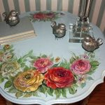 Старый стол, украшенный узорами