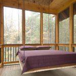 Стеклянная закрытая веранда с подвесной кроватью